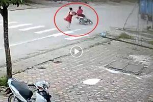 Người phụ nữ đi bộ dưới lòng đường vô tình gây tai nạn