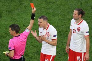 Thẻ đỏ đầu tiên ở EURO 2021 xuất hiện, Ba Lan thua đau Slovakia