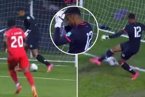Thủ môn Haiti phản lưới nhà theo cách tệ hại nhất lịch sử bóng đá