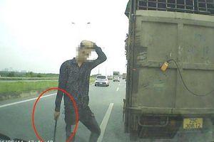 Tài xế ô tô tải bị tước bằng lái vì chặn đầu xe con trên cao tốc