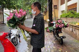 Người bán hoa sen được trả lại 2 triệu tiền phạt