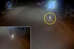 Khoảnh khắc tài xế đánh lái xuất thần tránh bé trai lao sang đường