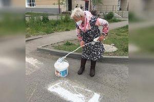 Cụ bà Nga trở thành 'nhân viên cộng đồng' bất đắc dĩ