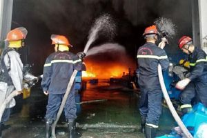 Hàng loạt vụ cháy nhà chết người: Làm gì để ngăn chặn và thoát hiểm?