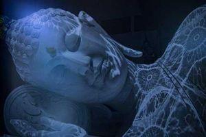 Tượng Phật 'đổi màu' ẩn mình trong núi sâu: Ban ngày màu trắng như tuyết, đến đêm chuyển màu xanh lam