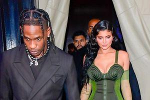 Kylie Jenner và bạn trai Travis Scott đưa con gái cưng đi dự sự kiện