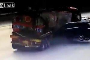 Cố tình vượt đèn đỏ, Mercedes tông xe bồn gãy đôi