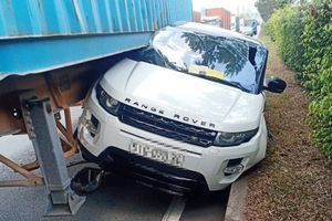 Range Rover va chạm với xe container ở TP.HCM