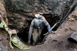 Phát hiện 20 thi thể trong túi nhựa gần mỏ vàng