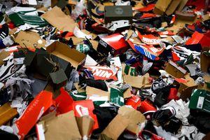 Cửa hàng xin lỗi vì nhân viên giẫm nát hộp giày