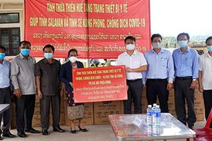 Thừa Thiên Huế trao tặng trang thiết bị y tế cho hai tỉnh của Lào