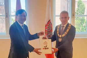 Tổng Lãnh sự Lê Quang Long chào xã giao Thị trưởng Frankfurt Peter Feldmann