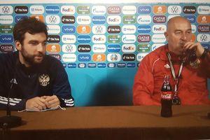 HLV Cherchesov thoải mái uống Coca sau vụ Ronaldo tẩy chay nước ngọt