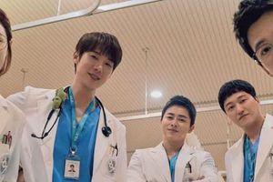 Hospital Playlist 2 vừa mở màn đã 'toang' hai cặp đôi, 'chú Chân Dài' lại được theo đuổi