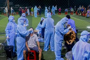 Bình Tân: Sợ dịch, giữa đêm dân vẫn xếp hàng dài để lấy mẫu