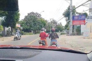 Đỗ xe giữa đường 'buôn' chuyện, hai người phụ nữ khiến netizen bất lực