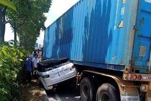 Tin giao thông đến sáng 18/6: Nam thanh niên tông xe đang đỗ tử vong; va chạm với container chạy cùng chiều, xe sang biến dạng