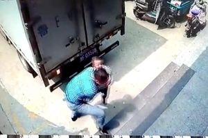 Người đàn ông nhanh tay cứu bé trai khỏi điểm mù xe tải