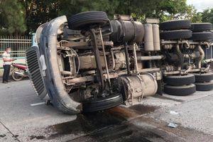 Khiếp hãi xe đầu kéo lật ngang trong Khu công nghiệp Biên Hòa