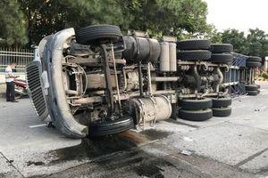 Container lật nhào trong KCN Biên Hòa 2, tài xế may mắn thoát chết