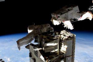 Các phi hành gia đi bộ ngoài không gian để thay pin năng lượng mặt trời cho ISS