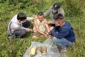 Bắt quả tang đối tượng lên biên giới mua 18.000 vên ma túy tổng hợp