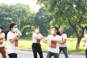 Hoàng Bách, Phương Thanh, Quốc Đại... hát tặng tuyến đầu chống dịch với 'loa kẹo kéo'