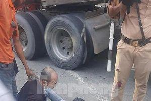 Khởi tố tài xế 'thông chốt', ép xe công vụ làm CSGT bị thương