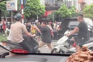 Hung hăng đấm bốc sau va chạm giao thông, 2 người đàn ông bị 1 phụ nữ 'át vía'