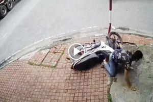 Sau va chạm với container, thanh niên tông thẳng xe máy vào cột biển báo