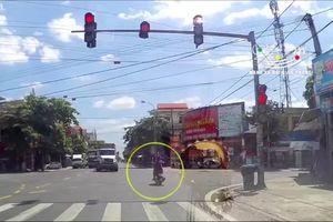 Vượt đèn đỏ, xe máy bị container tông văng xa hơn chục mét