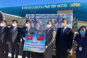 Cận cảnh lô vaccine Trung Quốc viện trợ về tới Việt Nam