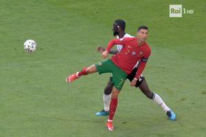 Ronaldo đánh gót chuyền bóng không cần nhìn