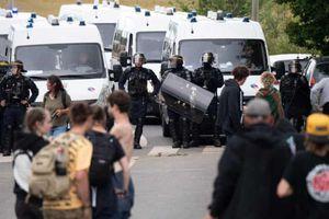 Cảnh sát Pháp phải bắn hơi cay giải tán bữa tiệc 1.500 người