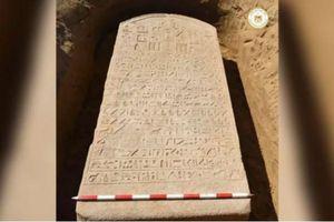 Nông dân Ai Cập phát hiện bia đá bí ẩn 2.600 tuổi của Pharaoh