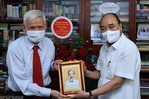 Chủ tịch nước Nguyễn Xuân Phúc thăm các nhà báo, gia đình nhà báo lão thành tiêu biểu
