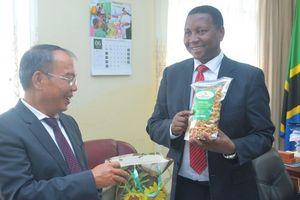 Đại sứ Nguyễn Nam Tiến làm việc với Bộ trưởng Nông nghiệp Tanzania