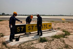 Nhân viên sân bay Nội Bài căng mình làm việc dưới nắng nóng