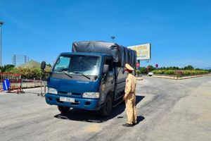 Dùng xe buýt chống nóng cho lực lượng tại chốt phòng dịch cửa ngõ TP Vinh