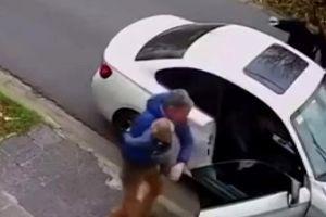 Bị dí súng vào đầu cướp xe BMW, ông bố chỉ cầu xin được bế con trai 1 tuổi ra khỏi xe