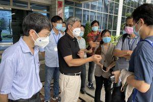Thứ trưởng Nguyễn Trường Sơn kiểm tra công tác tiêm chủng cho công nhân tại TP.HCM