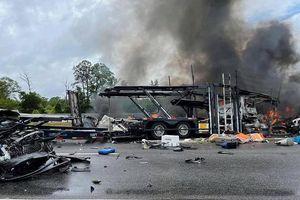 Cận cảnh vụ tai nạn liên hoàn khủng khiếp khiến 10 người thiệt mạng trên cao tốc Mỹ
