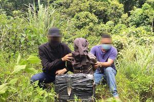 Bắt quả tang đối tượng người Lào vận chuyển 20 bánh cần sa qua biên giới