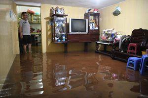 Người dân Hà Nội trở tay không kịp với cơn mưa lớn