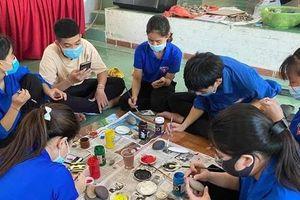 Đoàn viên thanh niên rẻo cao Nghệ An vẽ tranh trên đá, gây quỹ phòng dịch COVID-19