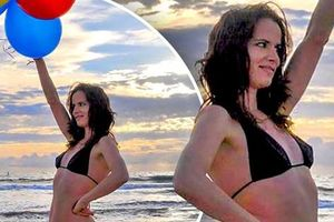 Bạn gái cũ của Brad Pitt tung ảnh bikini mừng tuổi mới