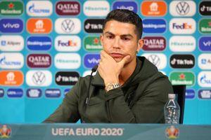 Ăn theo Ronaldo, hãng đồ nội thất Thụy Điển cho ra mắt chai thủy tinh đựng nước mang tên siêu sao 36 tuổi