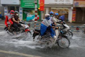 TP.HCM mưa lớn giữa trưa
