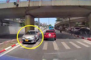 Bất chấp nguy hiểm, tài xế Vios liều lĩnh đi ngược chiều trên phố