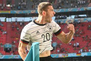 Chiến thắng sự tầm thường, Gosens giờ gánh nước Đức trên vai
